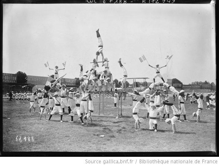 3-7-21, Parc des princes, fête de gymnastique [concours interrégional de gymnastique de la Fédération des patronages, pyramides humaines] : ...
