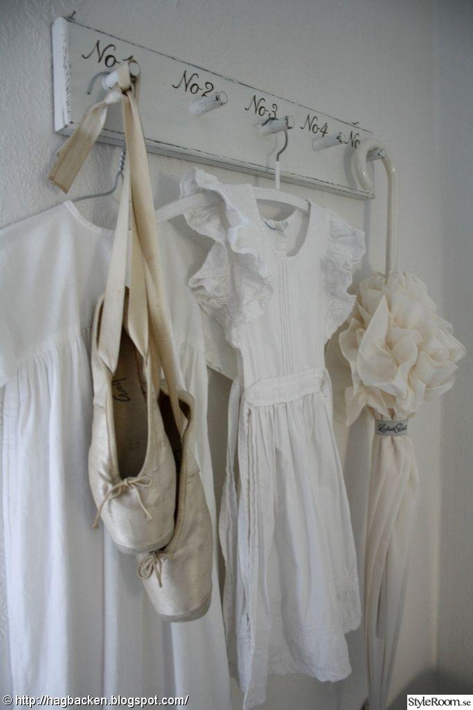 sovrumsvägg,lantligt,vitt,gammalt & nytt,knopphängare,dopklänning,paraply,parasoll,balettskor,tåspetsskor