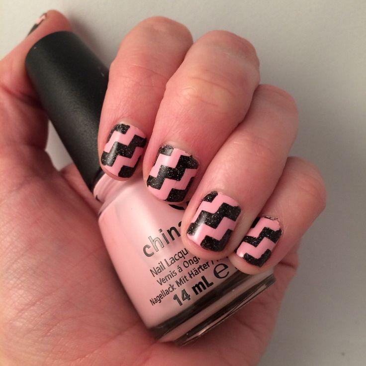 Nail art. Pink and black geometric zigzags.