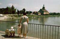 Familie an der Isar, 1958 Angelika Dufter/Timeline Images #München #50er #Isar #Damenmode #Frauenmode #Mutter #Kinder #Brücke