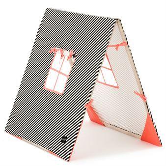 Laat de kinderen nu kamperen in deze stijlvolle tent van het Deense merk Ferm Living. De tent is gemaakt van zacht katoen en heeft een klassiek gestreept patroon met twee ramen en een vouwbaar houten frame. Combineer de tent met de andere stijlvolle en speelse producten van Ferm Living.