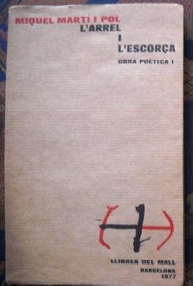 """Portada de la 1º Edició del llibre de poemes """"L'arrel i l'escorça"""" publicat l'any 1977 per l'autor Miquel Martí i Pol. ."""