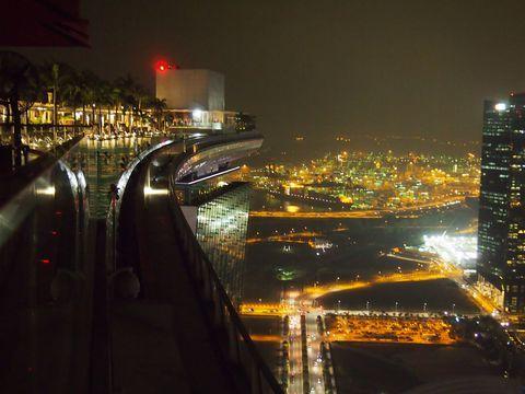 アジアで最もエネルギッシュな街シンガポール。そんな街を象徴するかのように建てられたホテルが、マリーナ・ベイサンズ。新たな観光名所となっています。人気のホテルのため予約が取れないこともあるこのホテルですが、宿泊しなくても、マリーナ・ベイサンズを楽しむ方法があります。中でも宿泊者しか立ち入れないエリアにある、インフィニティ・プールに限りなく近づく方法は必見ですよ!