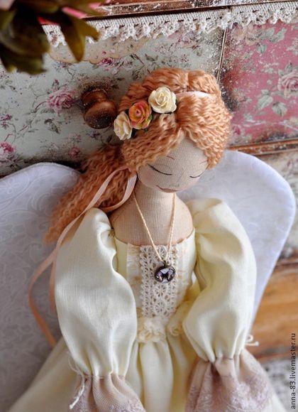 Купить или заказать Ангел - Хранительница домашнего очага в интернет-магазине на Ярмарке Мастеров. Ангелица, которая готова добавить в Ваш дом капельку уюта! Эта куколка - оберег! Семейный очаг символизирует лампа в её руках! Тепла, уюта и любви Вашему дому! В работе использованы красивые кружева и лен молочного цвета. Очень нежная ванильно - кофейная девушка получилась.