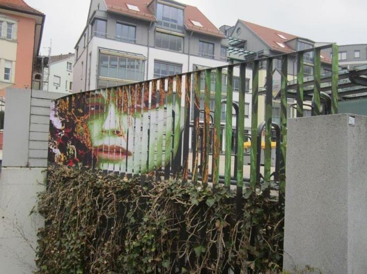 Deux artistes allemands ont réussi à attirer l'attention des piétons grâce à leur projet de Street Art dissimulé. Laissez-vous surprendre par cette technique originale et innovante.