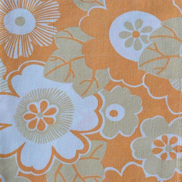 """<p>Taie traversin vintage avec un imprimé de fleurs stylisées dans les tons jaune orangés <span style=""""background-color: transparent;"""">, état d'usage. Pour apporter une touche douce et vintage à votre chambre ou utiliser le tissu pour une autre création ! On aime ce motif floral très seventies.</span></p>"""