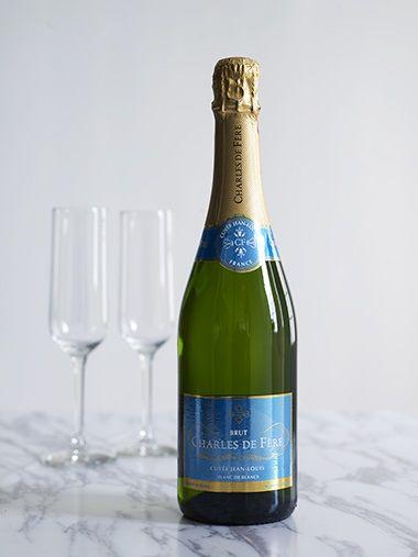 Elegante bobler  Vi feirer all den gode sjømaten vi har tilgang på akkurat nå med litt gode franske bobler – og ja, bobler passer ypperlig sammen med mat. Dette er riktignok ikke en champagne i ordets rette forstand da den er produsert rett utenfor området, men vinmakeren er 6. generasjon i rekken av ekte champagnemakere. Grunnleggeren av Charles de Fère Cristophe Barbe, startet sin produksjon i 1980 i Fère-en Tardenois, som ligger nordvest for Reims. Han ønsket å best mulig ivareta 5…