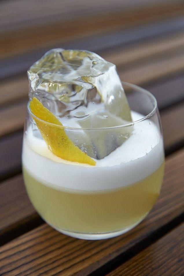 Whisky sour, eller whiskey sour är en sötsyrlig drink som är enkel att göra. Här är ett klassiskt recept.