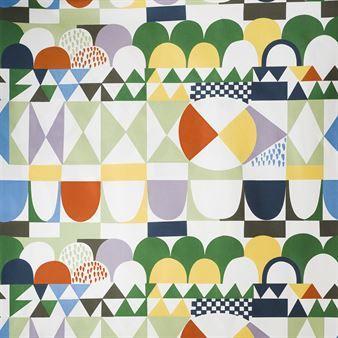 Bows tyg från Almedahls har ett mönster designat av Josef Frank. Josef Frank var en österrikisk-svensk arkitekt, designer och en av de främsta representanterna för modernism i Österrike. Det grafiska mönstret Bows formgav han någon gång mellan 1920-1930. Här är det tryckt på ett bomullstyg av finaste kvalitet, perfekt att använda som gardiner, ett draperi eller bordsduk.