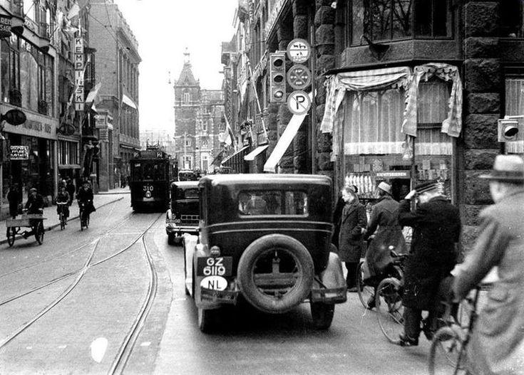 Amsterdam: De Leidsestraat met op de achtergrond de Stadsschouwburg in 1933
