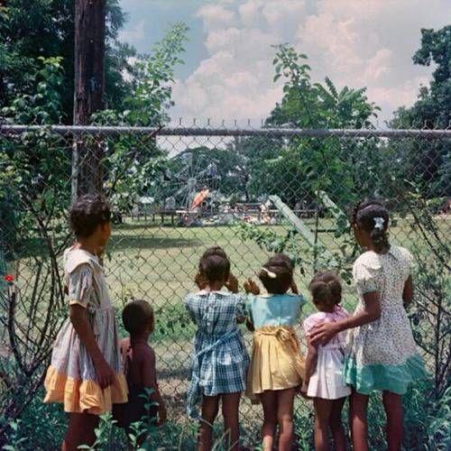 たった60年前!?「白人専用の公園を見つめる黒人の子供たちの写真」に驚きの声 - グノシー