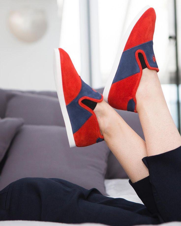 Nos Nénufar sont en daim ce qui apporte souplesse et qualité 👌  #nenufar #indoorshoes #cuir #orange #bleu #paris