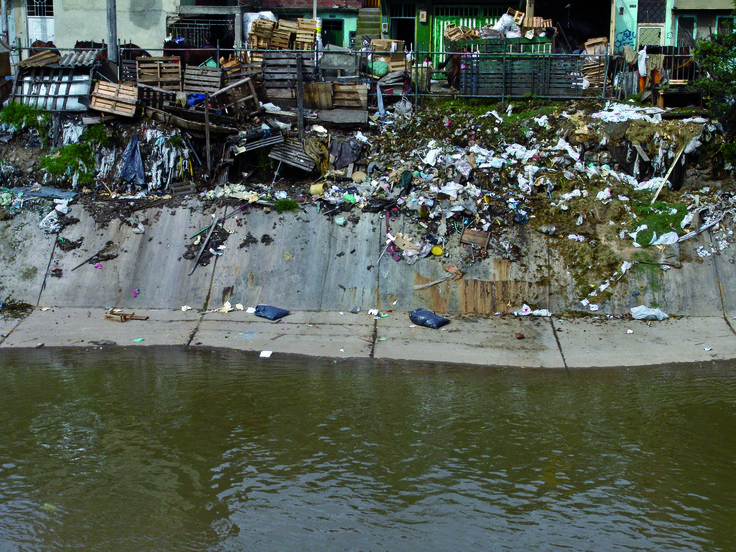 Al entrar al perímetro urbano, el río Bogotá ya ha recibido el efecto de las descargas de las aguas residuales de tipo doméstico o industrial en más de 29 puntos de la parte alta de su cauce