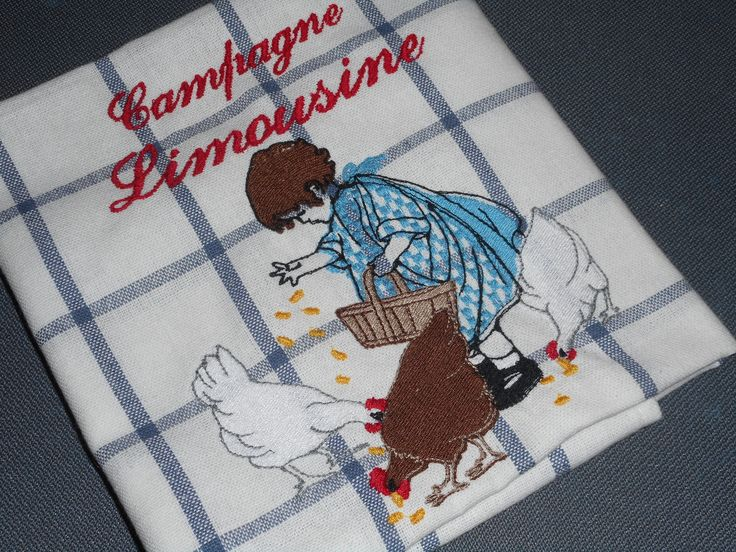 """Torchon brodé """"Fillette et ses poulettes"""" blanc, bleu, rouge, broderie machine, carreaux, oeuf, moule à brioche, panier : Cuisine et service de table par miss-coopecoll"""