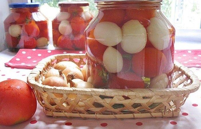 Маринованные помидоры с луком http://mirpovara.ru/recept/2356-marinovannye-pomidory-s-lukom.html  Зимой наверняка многим хочется маринованных помидорчиков, ведь это вкуснейшая пикантная закуска. Зде...  Ингредиенты:  • Помидоры - 5кг. • Лук репчатый - 1кг. • Листья хрена - 4шт. • Листья смородины - 7шт. • Чеснок - 7зуб. • Укроп (зонтики) - 7шт. • Уксус - 160мл. • Перец острый  - 1шт. • Сахар - 100г. • Соль - 100г. • Вода - 3л.  Смотреть пошаговый рецепт с фото, на странице…