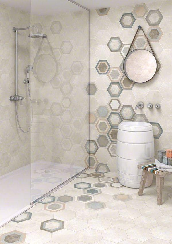 Suelo y paredes de baño con baldosas hidráulicas hexagonales
