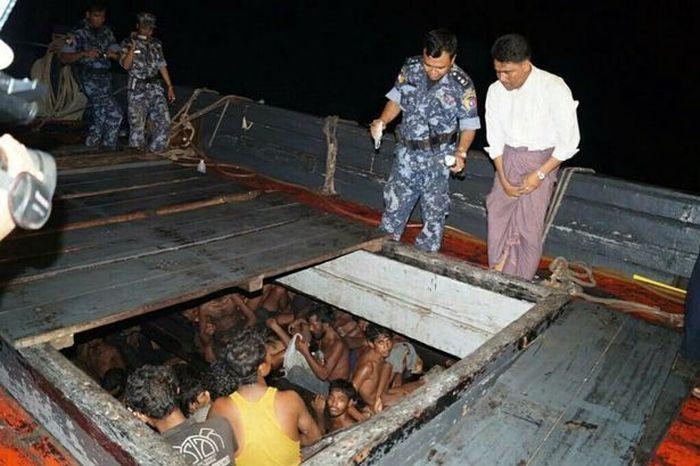 #интересное  нелегальные мигранты готовы терпеть любые трудности (3 фото)   Пограничные службы Мьянмы обнаружили большое количество незаконных мигрантов на остановленном им судне. В трюме находилось 208 человек, большая часть которых это мужчины в возрасте от 20