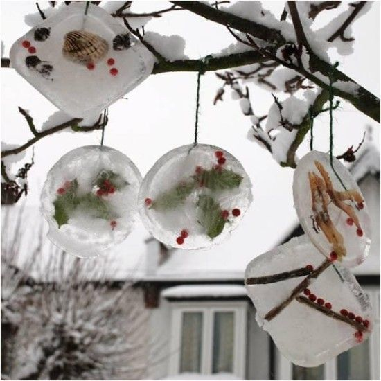 украшения для ёлки или дерева из снега, игры на свежем воздухе зимой