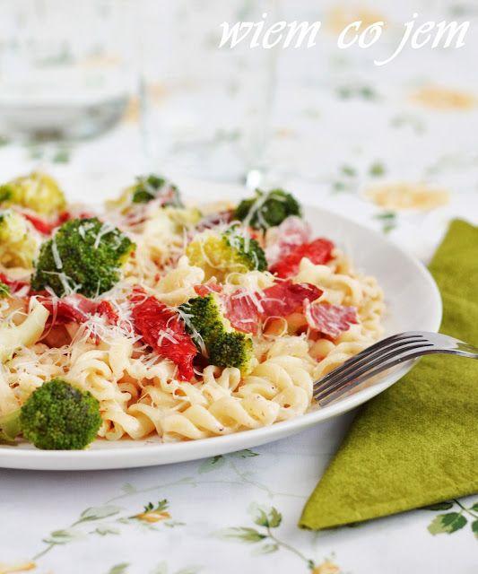 Wiem co jem - Fusilli w sosie serowym z brokułami i szynką włoską