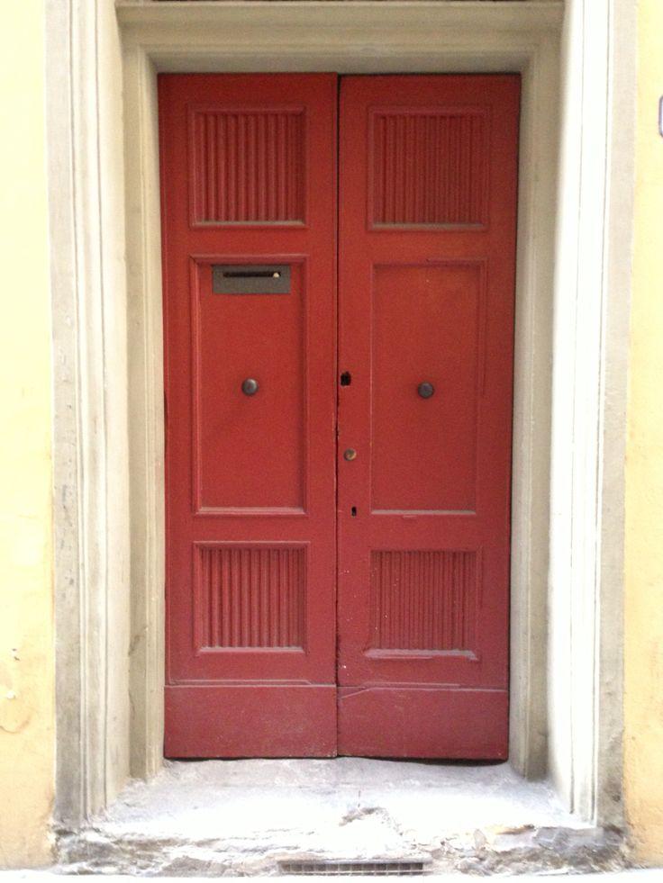Roja en construcción antigua