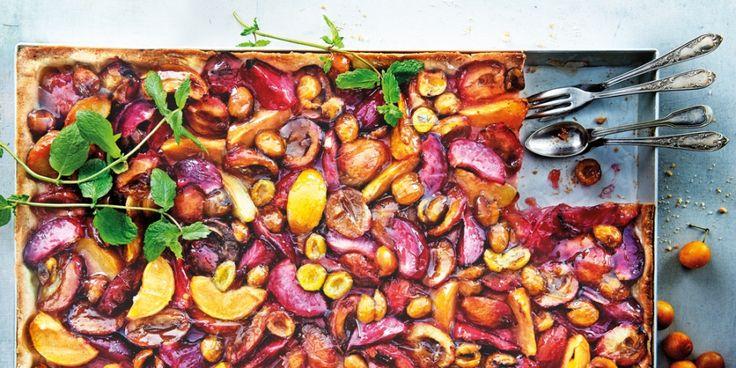 Deze plaattaart met gemengde pruimen komt uit het kookboek Vier de zomer met Janneke Philippi dat meer dan 50 recepten met sappig zomerfruit bevat. F...