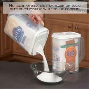 Coloque sacos de farinha e açúcar em dispensadores fáceis de derramar para tornar a vida mais fácil.