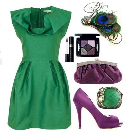 Combinar vestido verde con zapatos morados