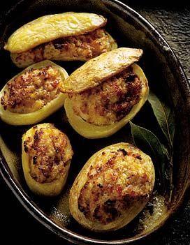 Recette pommes de terre farcies au four : Epluchez et émincez les échalotes. Faites tremper la mie de pain dans le lait. Hachez le jambon. Faites réduire �...