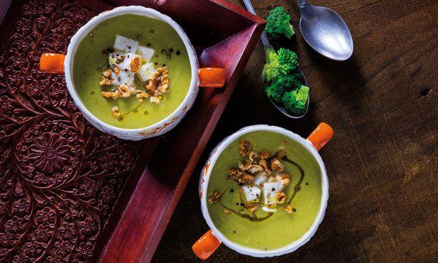 Uma receita perfeita para quando tem pouco tempo para cozinhar. Os congelados Pingo Doce dão-lhe uma ajuda neste delicioso creme de brócolos com nozes e queijo de cabra.