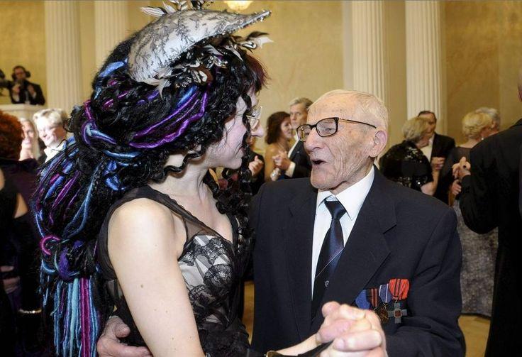 PIGG PÅ DANS. Veteranen Hannes Hynönen bjöd upp Sofi Oksanen till dans. Foto: Lehtikuva