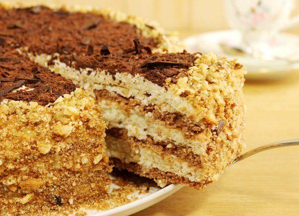 Великолепный сметанный торт Мишка Великолепный мягкий и нежный бисквитный торт мишка на севере, приготовленный из белых и шоколадных коржей со сметанным кремом