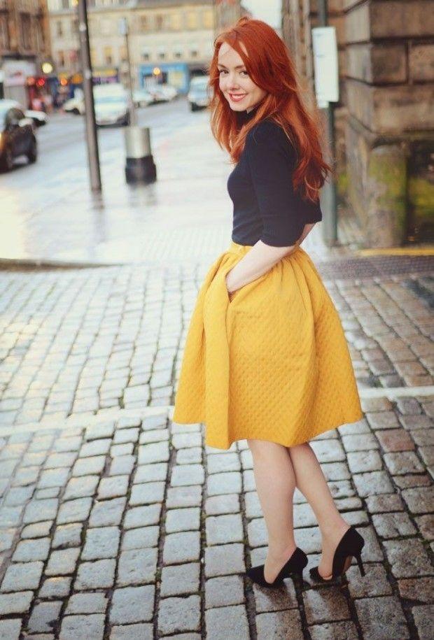 Темно-желтая юбка колокол на рыжеволосой девушке