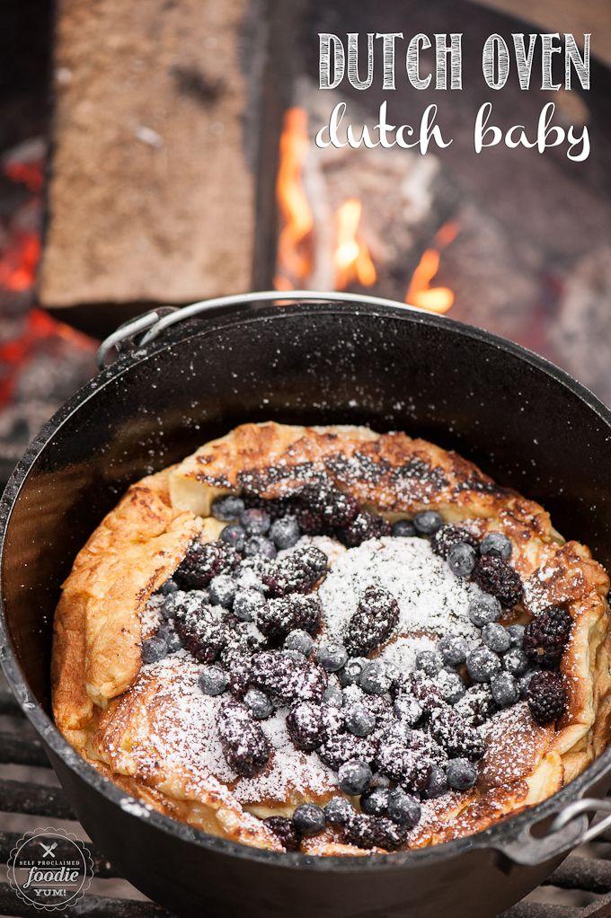 Me encanta cocinar al aire libre, especialmente cuando estoy acampando, y despertar con un horno holandés holandés bebé cubierto de bayas dulces es una delicia para mi familia!