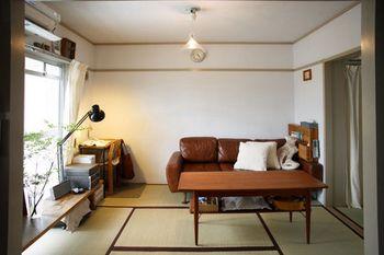 こちらは、本多さんが最近までご夫婦で住んでおられた築45年のアパート。昔ながらの良さを生かしたモダン空間で、収納だけでなくインテリアセンスの高さもお見事です。