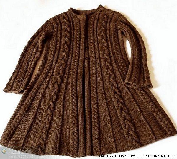 Приталеное коричневое пальто с косами