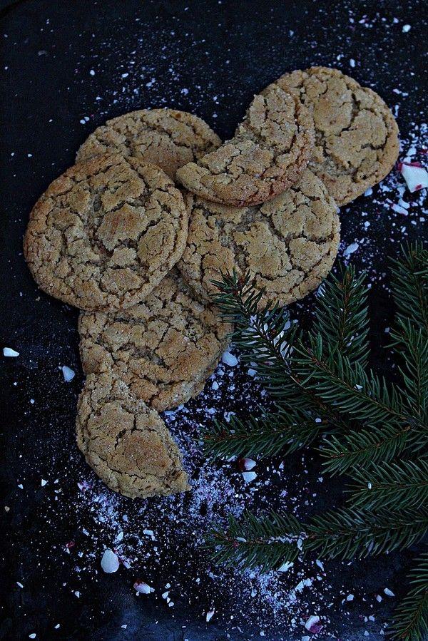 Nu är julbakningen igång på riktigt! De här kakorna alltså. De är sega, krispiga, knäckiga och alldeles underbara. De här kakorna kommer jag definitivt baka till varje jul. Kakorna får en konsistens som är lite segare på mitten och något knäckigare i kanterna. Jag tog ut mina kakor exakt efter åtta minuter. Kakorna är mjuka [...]