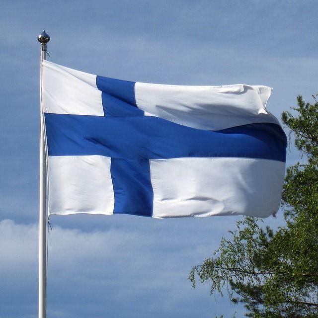 Suomen lippu tuulessa liehuu.