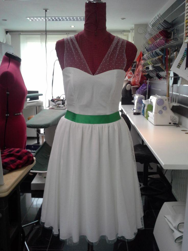 Mijn jurk, zelf samengesteld op basis van foto's van verschillende jurken. Stoffen bij Van Gool. Jurk gemaakt door Kitty Heur. (Jurk van chiffon, satijn en bolletjes tulle met een groen satijn bandje.)