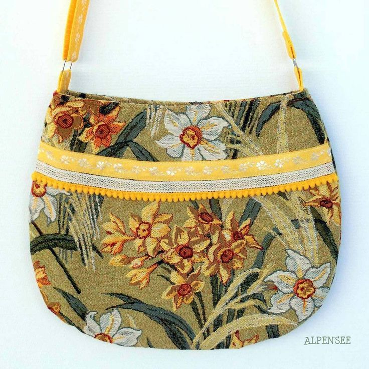 Очень весенняя цветочная гобеленовая сумка в бохо стиле💐💐💐. Сумка на молнии, длина ремня регулируется: можно носить как на плече, так и через плечо, выбрав комфортную длину. На подкладке 3 кармана, один на молнии.  Высота сумки 32 см, ширина в самой широкой части 40 см, вверху в районе молнии - 34 см. Максимальная длина ремня 125 см. Цветочные сумки такие красивые и такие женственные, а эту к тому же можно носить круглый год!🎆🎆🎆. В единственном экземпляре, цена 3200. Купить можно любым…