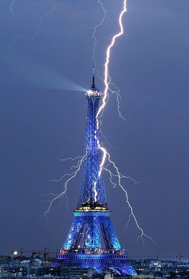 RADIO GAMMA: Κεραυνός χτυπά τον Πύργο του Άιφελ!!! Δείτε την απίστευτη φωτογραφία...