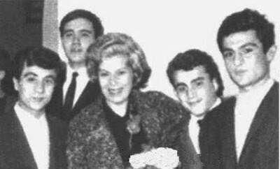 En arka soldaki İlber ORTAYLI sağ baştaki Kenan IŞIK Ankara Atatürk Lisesi'n de tiyatro sanatçısı Muazzez Kurdoğlu'nun okulu ziyareti sırasında çekilmiş ve her iki ünlü ismi buluşturmuş olan fotoğraf.