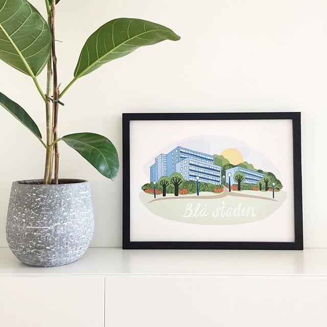 Blå staden som print! Hänger som en del av utställningen hos @llamalloyd tills på fredag! #sussieritar #susannetaieb #blåstaden #hisingen #hisingenftw #gebege #göteborg #print #artprint #illustration #ram #illustratör #grafik #grafisk