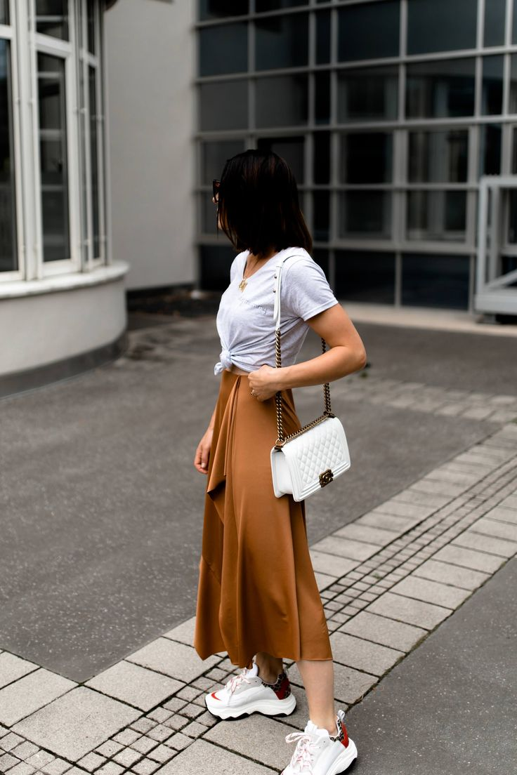 Der Chunky Sneakers Trend: Mein Sommer Outfit mit Midirock und Basic-Shirt! – Who is Mocca? – Fashion Trends, Outfits, Interior Inspiration, Beauty Tipps und Karriere Guides