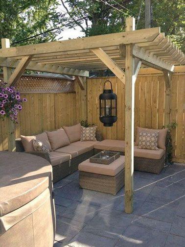 Petite terrasse déco avec pergola en bois et salon de jardin