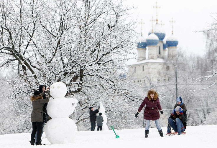 A snowman and Muscovites