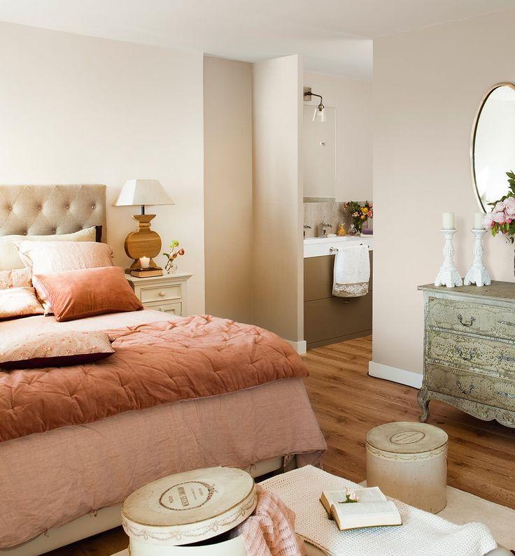 La suite principal, en la planta superior es femenina, luminosa y en malva. Tapizados de tela en capitoné, espejo de bronce y el mueble de baño metalizado.