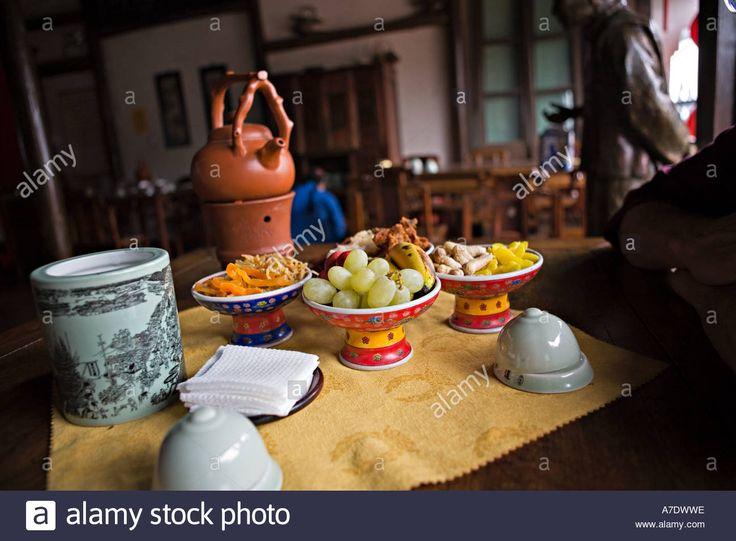 Laden Sie dieses Alamy Stockfoto CHINA-HANGZHOU-traditionelle Begleitungen für traditionelle formale Teeservice im Teehaus im alten Hangzhou China - A7DWWE aus Millionen von hochaufgelösten Stockfotos, Illustrationen und Vektorgrafiken herunter.
