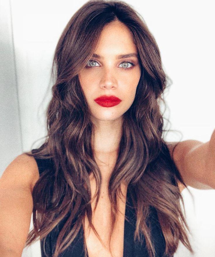 Hier in der Vogue Paris hat das Tragen von rotem Lippenstift zu Weihnachten fast schon Tradition. Als würde man Love Actually zuschauen oder um die letzte Scheibe Weihnachtskugel streiten …