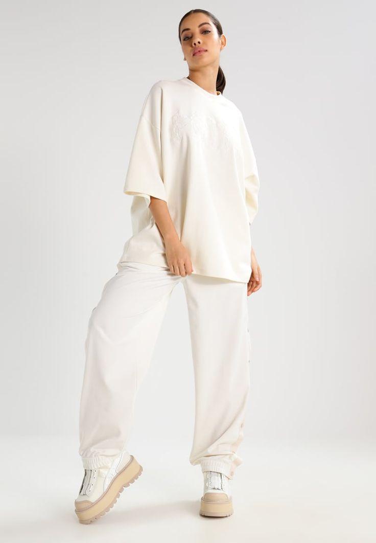 ¡Consigue este tipo de camiseta estampada de Fenty PUMA By Rihanna ahora! Haz clic para ver los detalles. Envíos gratis a toda España. Fenty PUMA by Rihanna Camiseta print vanilla ice: Fenty PUMA by Rihanna Camiseta print vanilla ice Ofertas   | Material exterior: 91% algodón, 9% nylon | Ofertas ¡Haz tu pedido   y disfruta de gastos de enví-o gratuitos! (camiseta estampada, print, estampada, estampado, print étnico, print fotográfico, printed, t-shirt mit druckmotiv, playera estampada...