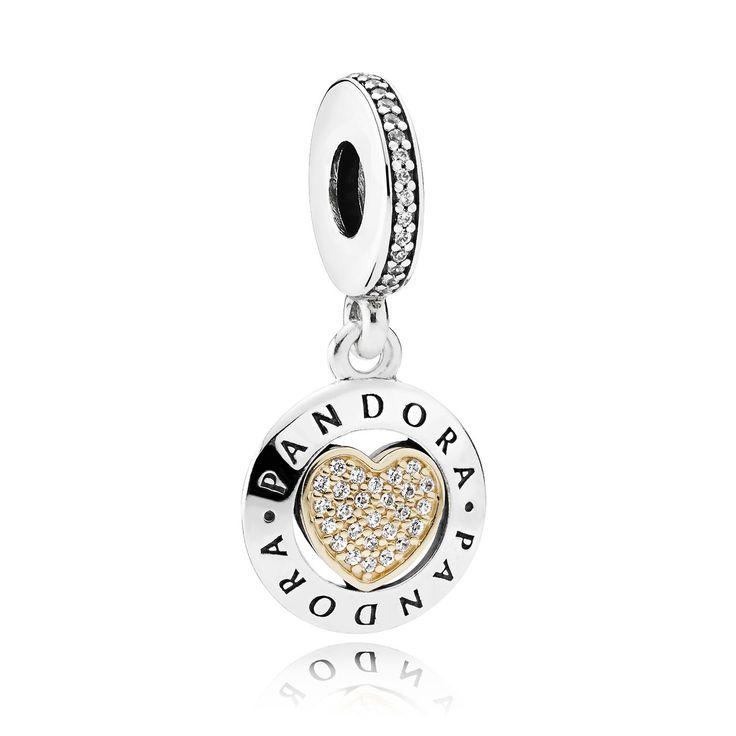 Pandora Hangbedel Signature Heart 792082CZ. Prachtige Hangbedel met het logo van Pandora. Het hart is omgeven door een gouden rand en rijkelijk voorzien van gezette zirkonia's. Een chique bedel die zeker een aanvulling zal zijn aan uw Pandora armband. https://www.timefortrends.nl/sieraden/pandora/bedels.html